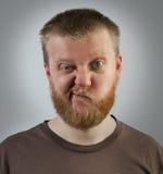 Homme avec une expression du mécontentement sur son visage images stock