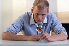 Homme avec une glace de vin Images stock