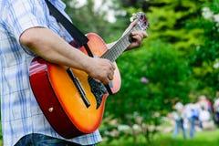Homme avec une guitare dans des ses mains Images libres de droits