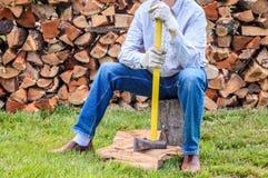 Homme avec une hache Images stock