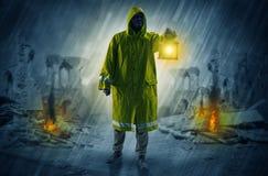 Homme avec une lanterne rougeoyante à une scène de catastrophe illustration stock