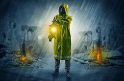 Homme avec une lanterne rougeoyante ? une sc?ne de catastrophe illustration stock
