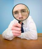Homme avec une loupe dans une main Photographie stock libre de droits
