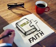 Homme avec une note et un concept de foi Photos stock
