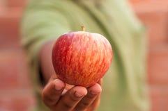 Homme avec une pomme rouge Image libre de droits