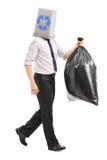 Homme avec une poubelle de réutilisation au-dessus de sa tête Image libre de droits