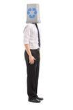 Homme avec une poubelle de réutilisation au-dessus de sa tête Photos stock