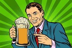 Homme avec une tasse de mousse de bière illustration stock
