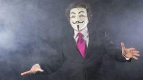 Homme avec v pour le masque de vendetta banque de vidéos