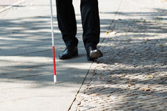 Homme aveugle avec le bâton blanc sur la rue images stock
