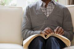 Homme aveugle lisant un livre de Braille Images libres de droits
