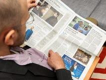 Homme ayant connaissance de la résurrection de Mel Gibson dans Le Figaro Photographie stock libre de droits