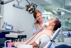 Homme ayant des dents examin?es aux dentistes image stock