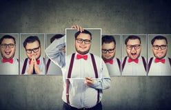 Homme ayant des sautes d'humeur posant à l'appareil-photo photographie stock