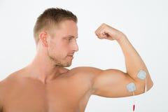 Homme ayant l'électrothérapie du bras Photos libres de droits