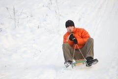 Homme ayant l'amusement dans la neige Images libres de droits