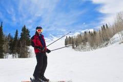 Homme ayant l'amusement sur les pentes de ski Photos stock