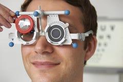 Homme ayant l'essai de vue à l'optométriste image stock