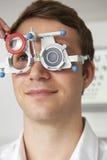 Homme ayant l'essai de vue à l'optométriste images stock
