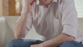Homme ayant la conversation au-dessus du téléphone portable et finissant l'appel, résolvant des problèmes banque de vidéos