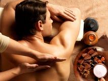 Homme ayant le massage dans le salon de station thermale Image libre de droits