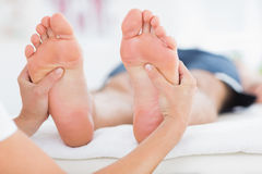 Homme ayant le massage de pieds Image libre de droits