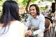 Homme ayant le temps romantique avec son amie Photo libre de droits