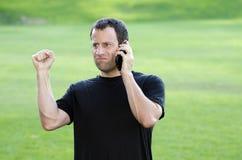 Homme ayant un appel téléphonique frustrant Image stock