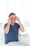 Homme ayant un mal de tête photo stock