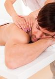 Homme ayant un massage d'épaule Photos libres de droits