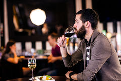 Homme ayant un verre de vin Photographie stock libre de droits