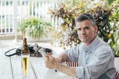 Homme ayant une boisson à la barre images libres de droits