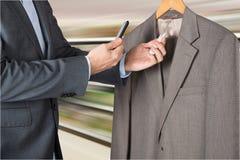 Homme balayant le prix à payer avec le téléphone portable Image stock