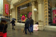 Homme banni endormi dans la boutique de luxe avant Photographie stock libre de droits
