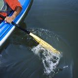 Homme barbotant le kayak. Images stock