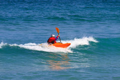 Homme barbotant un kayak de mer Images stock