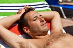 Homme barbu à la plage photographie stock