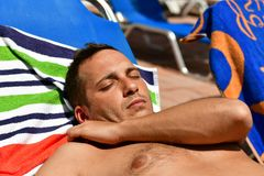 Homme barbu à la plage photo libre de droits