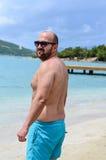 Homme barbu à la plage photos stock