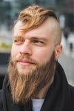 Homme barbu élégant posant dans la rue photo libre de droits