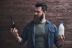 Homme barbu avec des boissons photo stock
