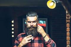 Homme barbu avec des ciseaux photographie stock libre de droits