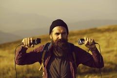 Homme barbu avec des rasoirs photo libre de droits