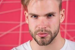Homme barbu avec la jeune peau saine Type avec des cheveux de barbe et de moustache Macho avec le visage non rasé Toilettage et s photo libre de droits