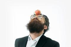 Homme barbu avec la lampe en tant que symbole de loi de newton photographie stock