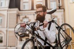 Homme barbu avec la rétro bicyclette image stock