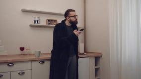 Homme barbu avec la tasse de thé banque de vidéos