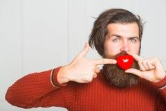homme barbu avec le coeur rouge photos libres de droits