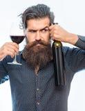 Homme barbu avec le vin rouge photographie stock libre de droits