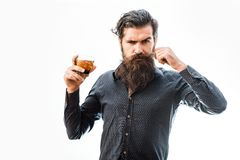 Homme barbu avec le whiskey photo stock